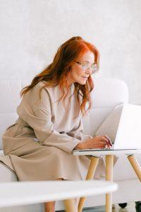 femme jouant à un jeu de grattage en ligne